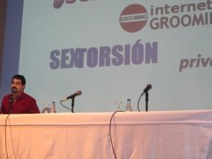 Urko Fernandez de PantallasAmigas hablando de sextorsion en Arteixo