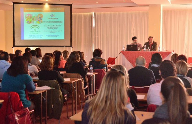 Luís Moreno, de la Delegación de Educación, presenta al ponente Urko Fernández de PantallasAmigas