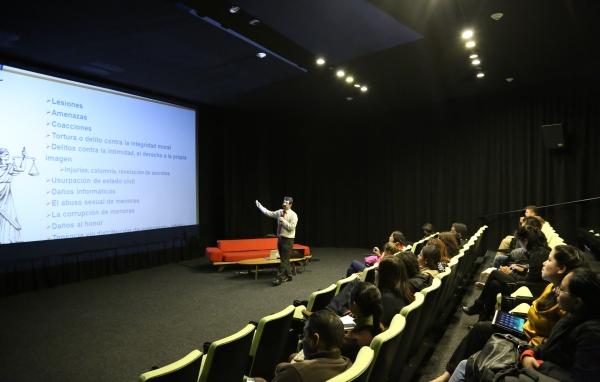 Urko Fernández impartiendo charla sobre videojuegos educativos para la ciberconvivencia en el Centro de Cultura Digital